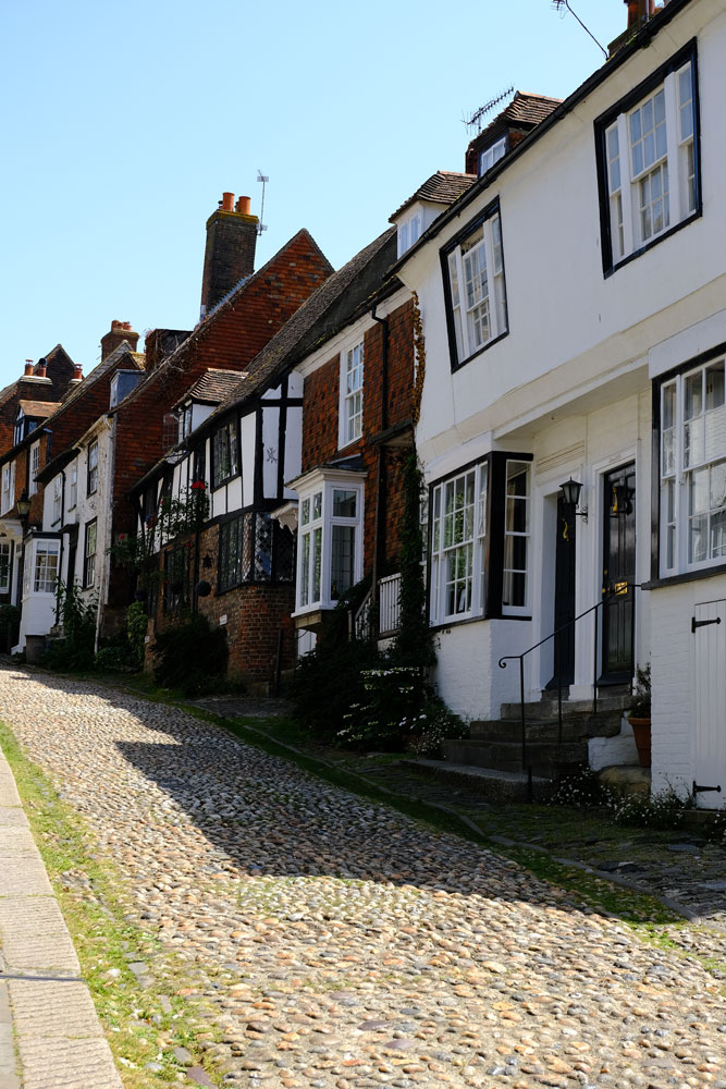 wonky-houses-in-cobbled-street-in-rye