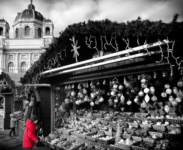 christmas-market-vienna - stall and child with rathaus in background