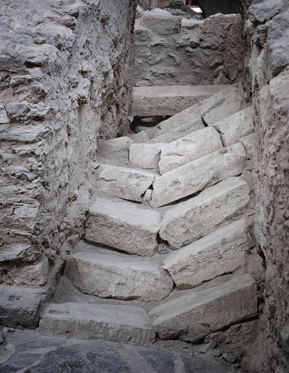 collapsed-steps-at-akriotiri-santorini